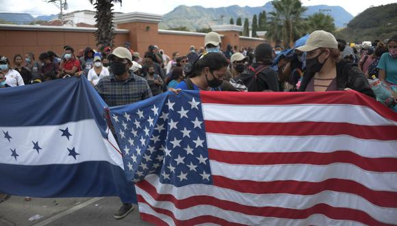 Los migrantes hondureños, que forman parte de una caravana que se dirige a los Estados Unidos, permanecen en Vado Hondo, Guatemala. (Johan ORDONEZ / AFP)