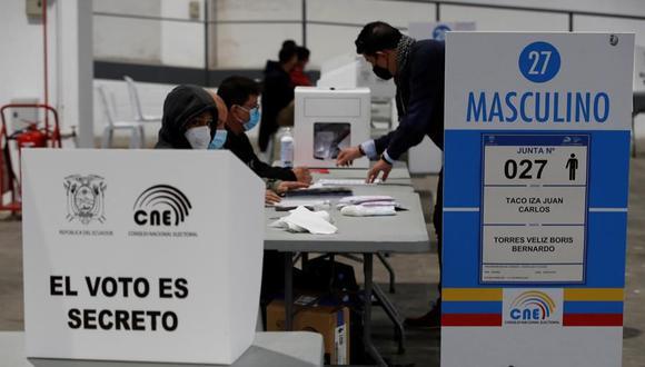 Ciudadanos ecuatorianos votan en el recinto de la Fira de Barcelona, España, en la segunda vuelta de las elecciones presidenciales de su país. (EFE/ Toni Albir).