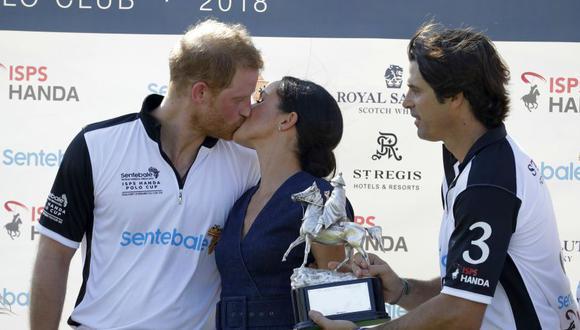 Meghan Markle y el príncipe Harry rompieron el protocolo, y se besaron en un evento de caridad (Foto: AP)