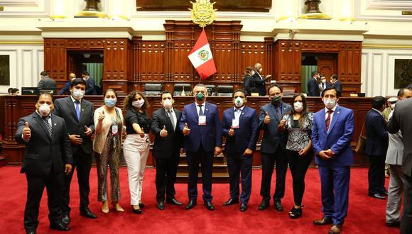 Los congresistas de Podemos Perú juntos en el Hemiciclo (Foto: María Gallardo/Facebook).