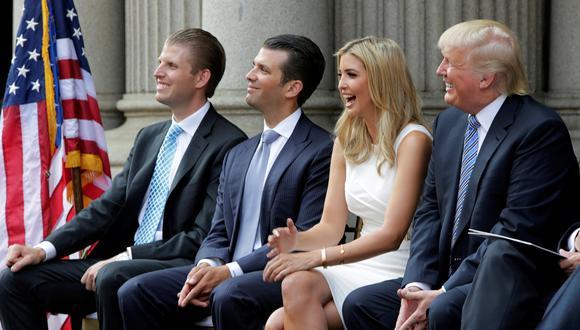 De izquierda a derecha: Eric, Donald Jr. e Ivanka Trump junto a su padre, el presidente de Estados Unidos, Donald Trump. (Reuters)