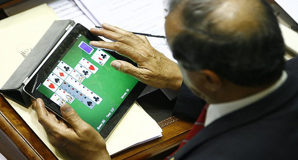 Cómo se distraen los congresistas en el Pleno [FOTOS] - 1