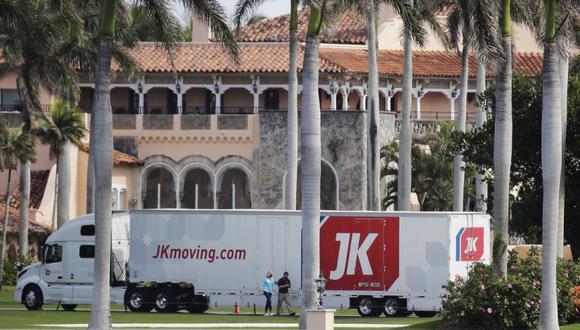 Un camión de mudanzas está estacionado a las afueras de Mar-a-Lago en Palm Beach, Florida. Se espera que el presidente Donald Trump regrese a su residencia el miércoles 20 de enero. (Foto: AP / Terry Renna ).