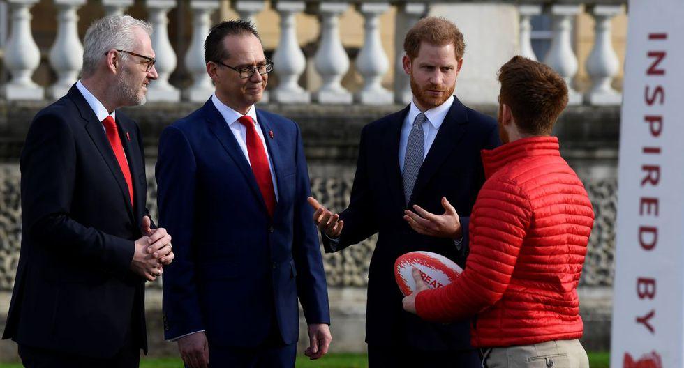 El príncipe Harry conversa con el embajador James Simpson (derecha) de la Copa Mundial de la Liga de Rugby 2021 (RLWC2021) durante un evento en los jardines del Palacio de Buckingham en Londres. (Foto: Reuters)
