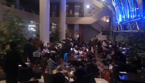 Los 238 jóvenes fueron trasladados al hotel ubicado en San Isidro tras arribar a las 3:40 p.m. de este domingo. No se respeta el distanciamiento social ni cuentan con mascarillas.