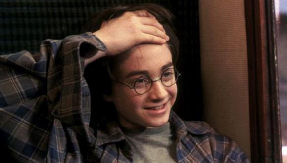 Harry se entera de que él es el elegido, que sobrevivió al mago oscuro más malvado del siglo XX cuando era solo un bebé y por eso tenía una cicatriz en la frente (Foto: Warner Bros)