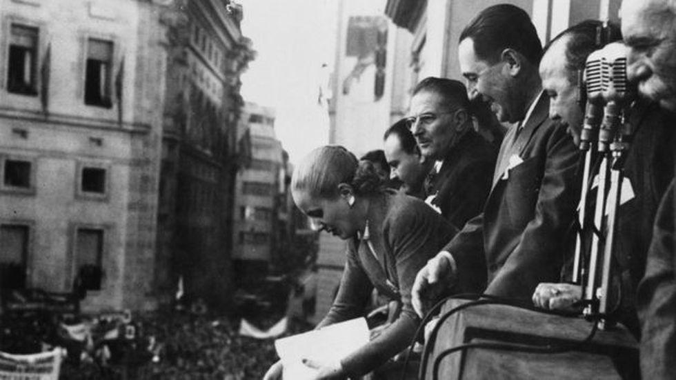 El general Juan Domingo Perón, de la mano de su esposa Evita, fundó un movimiento que defiende los derechos de los trabajadores, la justicia social y el nacionalismo.