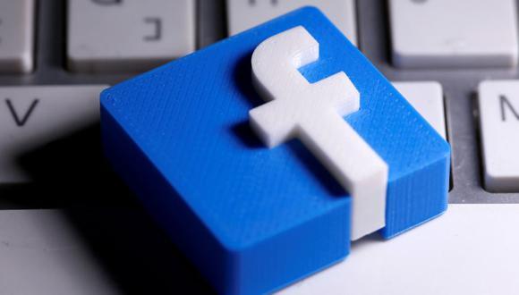 Se ve un logotipo de Facebook impreso en 3D colocado en un teclado en esta ilustración tomada el 25 de marzo de 2020. (REUTERS/Dado Ruvic).