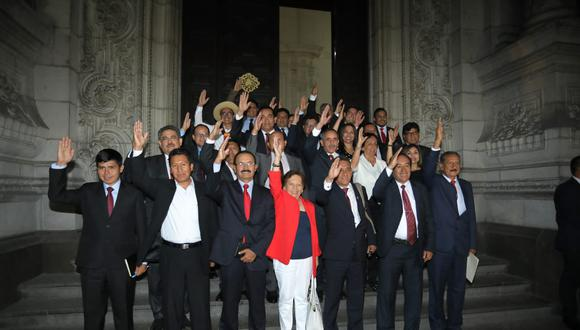 El legislador Orlando Arapa (de izquierda a derecha, el segundo ubicado en la primera fila) presentó el proyecto de ley el último lunes, en el que propone se convoque a un referéndum para la reforma de la Constitución. (Foto: GEC)