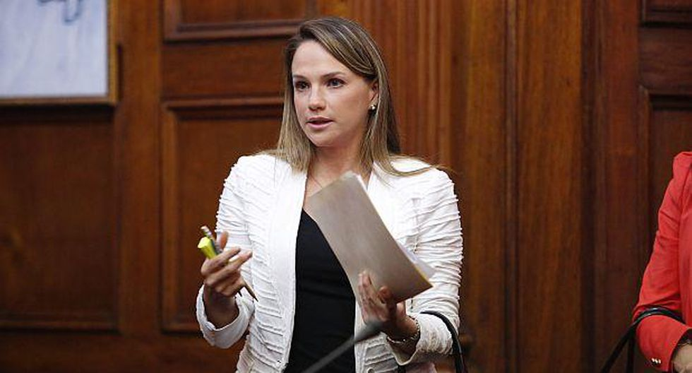 Luciana León dice que compra de satélite sigue generando dudas