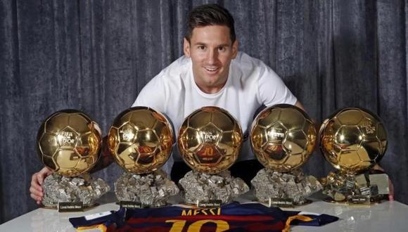 Lionel Messi posando con sus cinco Balones de Oro ganados. (Foto: AFP)