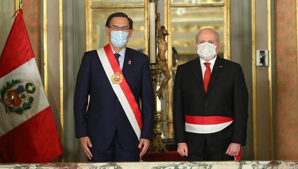 El presidente Martín Vizcarra juramenta a su flamante titular del Consejo de Ministros Pedro Cateriano, el último miércoles, en Palacio de Gobierno. (Foto: Difusión).