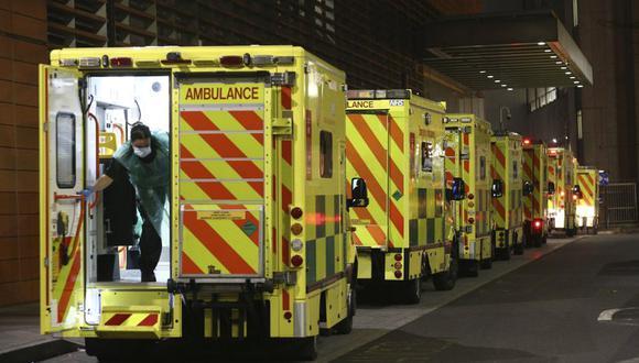 En la imagen, una fila de ambulancias estacionadas en el exterior del Royal London Hospital, en Londres, el 29 de diciembre de 2020. (Yui Mok/PA via AP).
