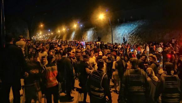 Jóvenes marroquíes esperan el momento de cruzar la frontera, por tierra o agua, este lunes en la localidad de Castillejos. en Marruecos. (Foto: EFE/Mohamed Siali).
