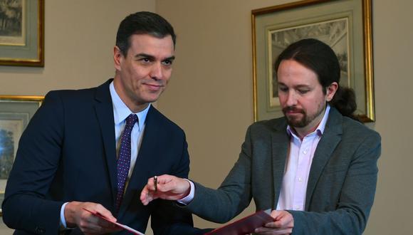 Pedro Sánchez y Pablo Iglesias firmaron un acuerdo para un gobierno de coalición en España. (AFP / GABRIEL BOUYS).