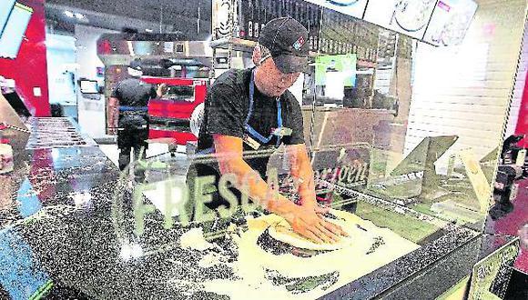 Domino´s. Preparación de una pizza en local de Domino´s. (Foto: Alessandro Currarino / El Comercio)