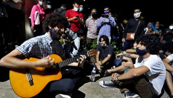 Varios jóvenes cantan durante la protesta pacífica en apoyo a los huelguistas desalojados, frente al Ministerio de Cultura en La Habana, Cuba. (Foto: Archivo / EFE/ Ernesto Mastrascusa).