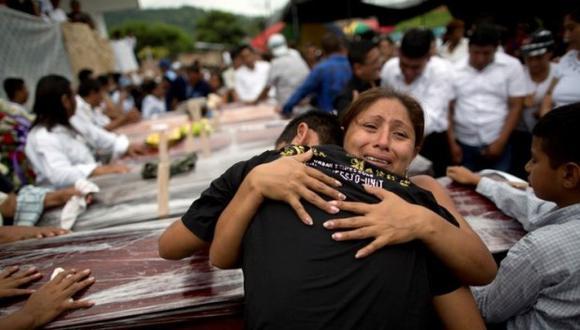 """""""Ahí está la morgue"""": Féretros en estadio de fútbol de Ecuador"""