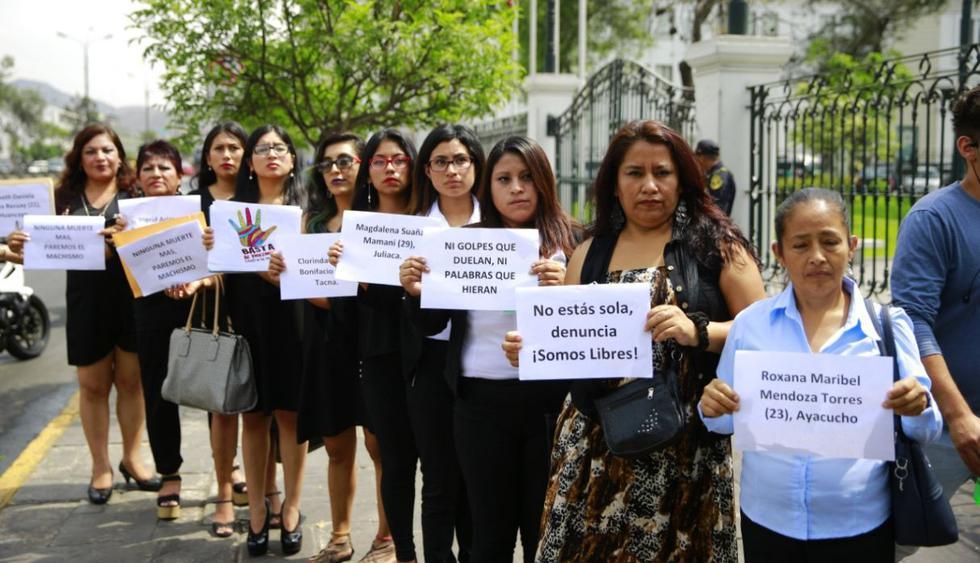 Colectivo protesta frente al Congreso contra la violencia a la mujer y por los constantes feminicidios. (Fotos: Allen Quintana)