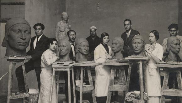 """Raúl Pro y alumnos en el taller de escultura. 1935 Fotografía en gelatina de plata sobre papel, 12 x 15,8 cm. Álbum """"ENBA, exposiciones escolares"""", 1919- 1936. ENSABAP, Archivo Fotográfico"""