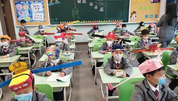 Los niños elaboraron los sombreros durante la cuarentena. El lunes se retomaron las clases escolares luego de tres meses. (China Daily / Twitter)