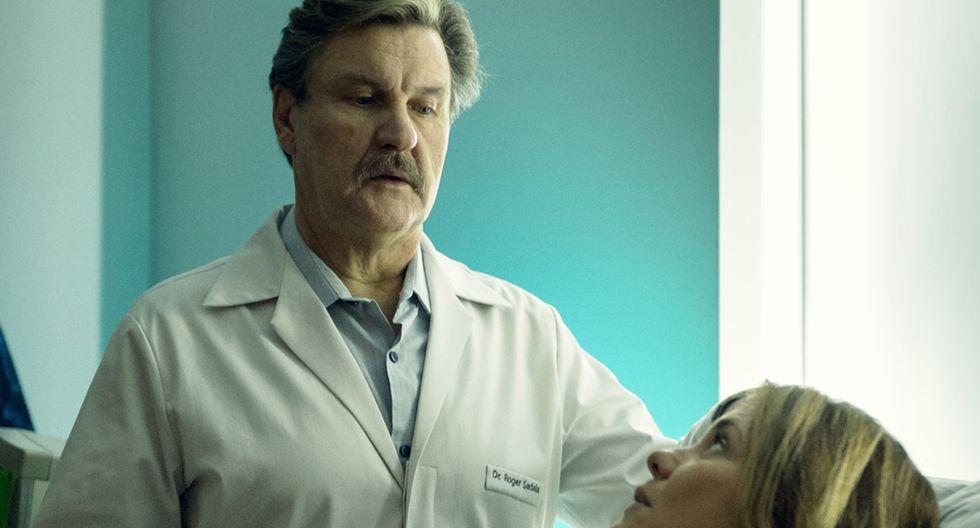 """El médico """"Roger Sadala"""", interpretado por el actor Antonio Calloni junto a la actriz Adriana Esteves, en una escena de """"Assédio""""."""
