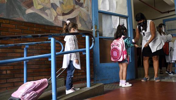 Los estudiantes se controlan la temperatura antes de ingresar a una escuela pública en Buenos Aires (Argentina), el 17 de febrero de 2021. (ANALIA GARELLI / TELAM / AFP).