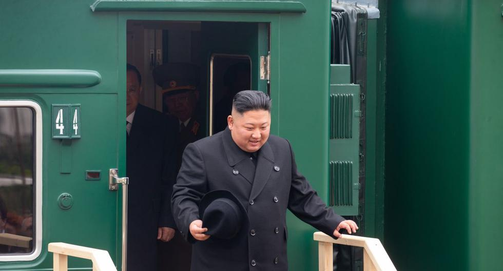 Esta imagen del 2019 muestra al líder norcoreano Kim Jong-un desembarcando de su tren blindado privado en una estación en la ciudad fronteriza rusa de Khasan. (Foto de archivo: AFP / ALEXANDER SAFRONOV)