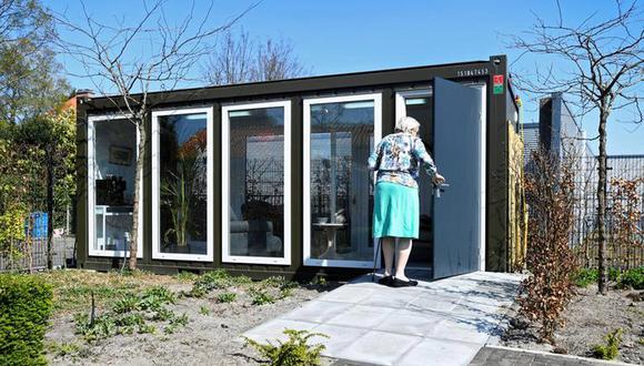 Imagen referencial. Una mujer en un centro de atención para personas mayores con demencia ingresa a una casa de vidrio hecha especialmente para tratar la soledad causada por la prohibición de visitas debido al bloqueo del coronavirus en Wassenaar, Países Bajos.. (Foto: REUTERS / Piroschka van de Wouw)