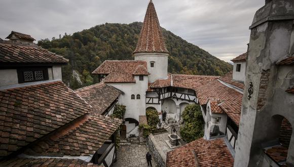 Así se ve la parte interior del Castillo de Bran, popular por ser considerado el hogar del Conde Drácula. AP
