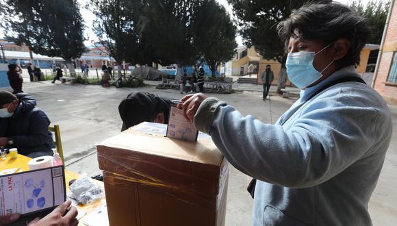 Imagen de El Alto, Bolivia, donde una persona vota en la segunda vuelta de las elecciones subnacionales. (Foto: EFE).