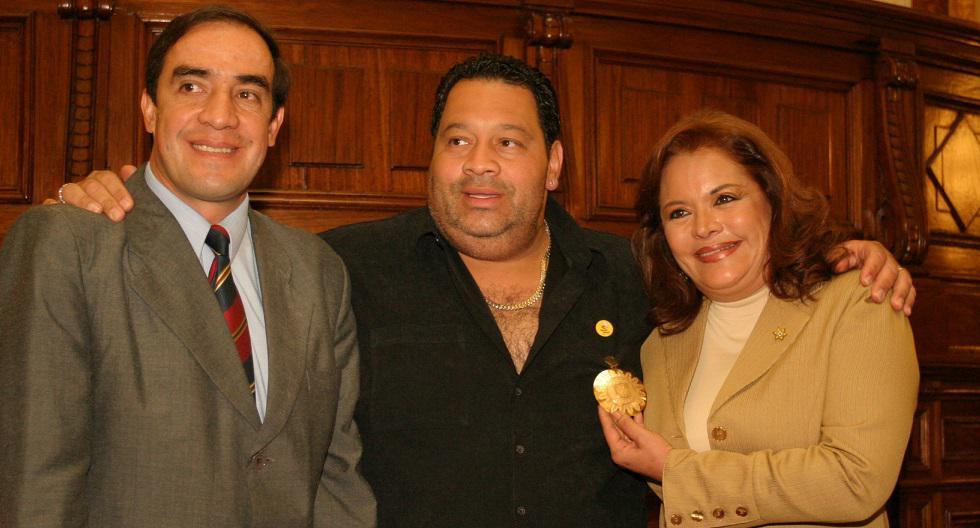 Rosario Sasieta con el congresista Yonhy Lescano en la condecoración al cantante Tito Nieves, interprete de la canción Señora Ley, año 2004. (GEC Archivo)
