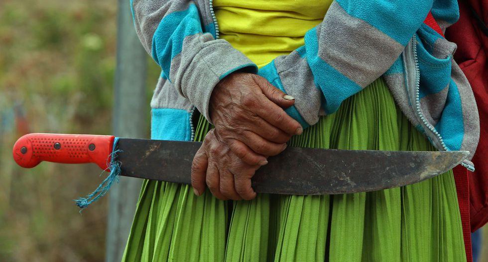 Una mujer indígena sostiene un machete durante un bloqueo vial como parte de una protesta contra las políticas económicas del gobierno del presidente de Ecuador Lenín Moreno. (AFP / Cristina VEGA).