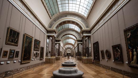 """Una fotografía tomada el 8 de enero de 2021 en el Museo del Louvre en París muestra la """"Gran Galería"""" vacía, ya que el Museo permanece cerrado debido a la situación sanitaria. (Foto: Martin Bureau/ AFP)"""