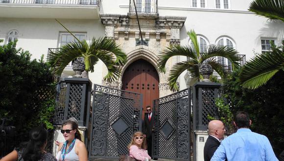 La gente camina frente a la Casa Casuarina, la antigua villa del diseñador italiano Gianni Versace, luego de la subasta del 17 de septiembre de 2013 en Miami Beach, Florida. (AFP PHOTO / PAULA BUSTAMANTE).