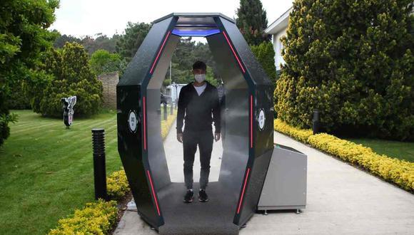 Los integrantes del Besiktas deben pasar por la cabina de desinfección automática. (Foto: @Besiktas)