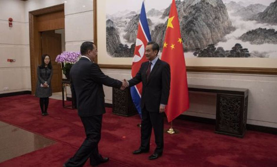 El fortalecimiento de los lazos bilaterales fueron impulsados en las tres visitas que el líder norcoreano, Kim Jong-un, realizó este año a China para reunirse con su homólogo, Xi Jinping. (Foto: AFP)