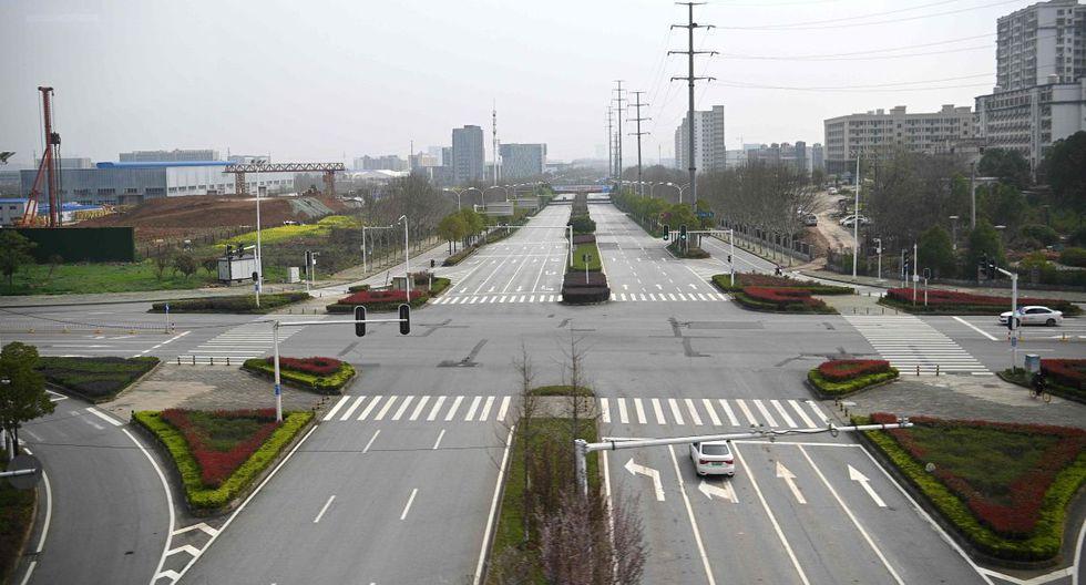 Una vista general muestra una calle vacía en Wuhan, la provincia central de Hubei en China el 10 de marzo de 2020. No obstante, los medios informan que los ciudadanos continúan con preocupación.