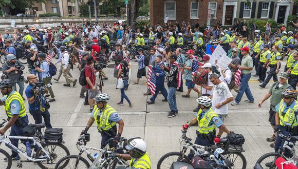 Lejos de las 400 personas que se esperaban en la manifestación supremacista, ante la Casa Blanca se reunieron apenas una veintena de neonazis. (AP)