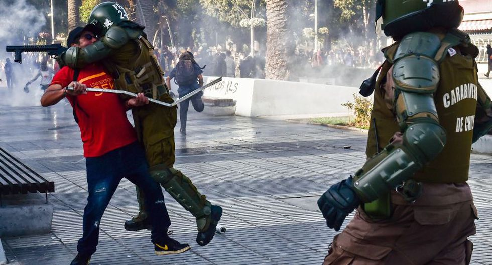 Después de que desde distintas zonas aledañas a la ciudad se movilizaran manifestantes hasta el centro urbano, concretamente las inmediaciones de la plaza Vergara, la policía comenzó a reaccionar con vehículos blindados desde los que lanzaron agua a presión y gases lacrimógenos. (Foto: AFP)