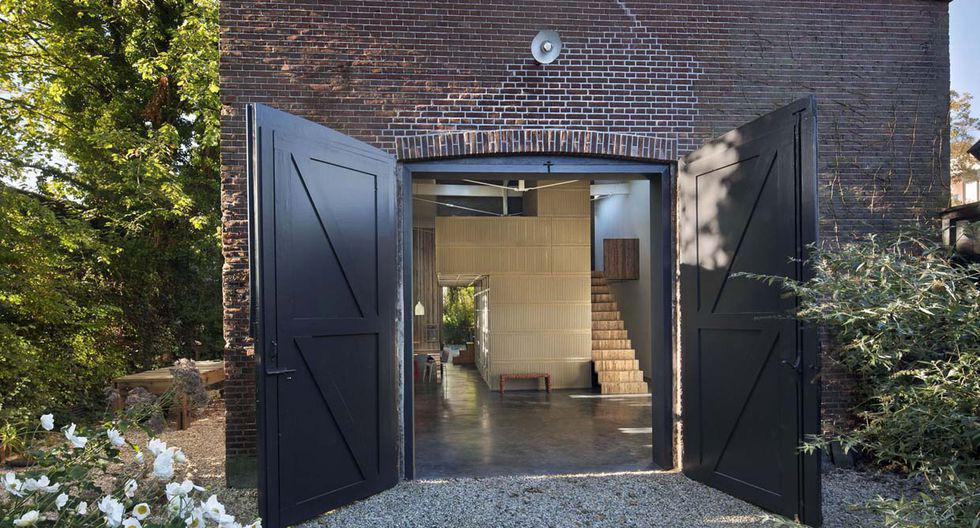 Este garaje se encontraba en un estado de abandono. El arquitecto Rolf Bruggink y su novia Niek Wagemans le dieron un nuevo aspecto utilizando distintos materiales reciclables.  (Foto: olf.fr)