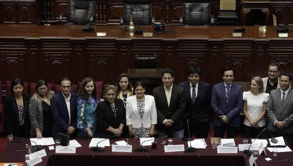 Los integrantes de la Comisión Permanente tuvieron el jueves su última jornada. Aquí, todos posando para la foto final. Este lunes juran los 130 nuevos parlamentarios. (Foto: Anthony Niño de Guzmán/GEC)