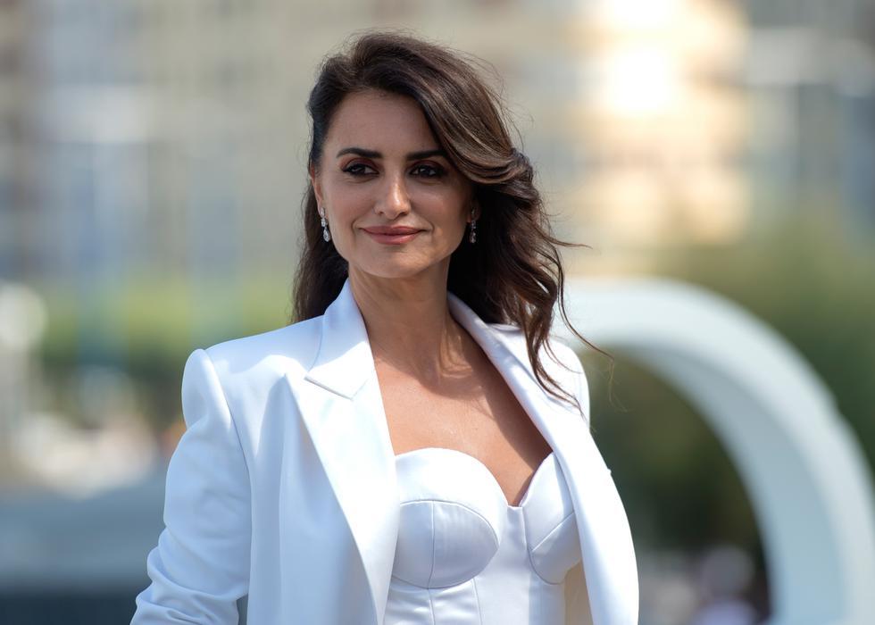 La actriz española asistió al festival de cine San Sebastián con un traje de sastre de la marca Chanel. (Foto: AFP)