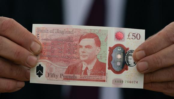 El nuevo billete de cincuenta libras con una imagen del matemático y científico Alan Turing es mostrada por el gobernador del Banco de Inglaterra, Andrew Bailey, en Bletchley Park, Milton Keynes. (Foto: AFP)