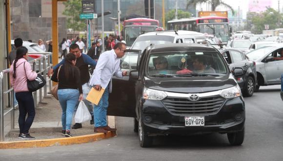 Los paraderos del corredor rojo, a lo largo de la avenida Javier Prado, son invadidos diariamente por colectivos informales  (Foto: Lino Chipana).