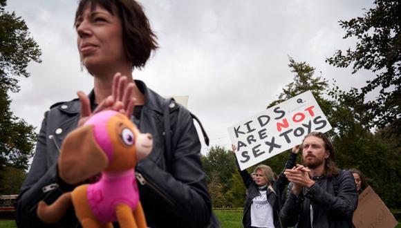 Imagen de archivo de una protesta en septiembre en La Haya contra la legalización de un partido que defiende que sea legal el sexo con menores de 12 años. (Foto: Getty Images, vía BBC Mundo).