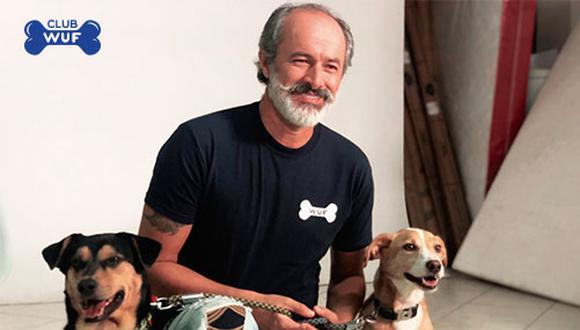 Carlos Alcántara junto a dos Wufs durante la grabación de la campaña. El popular Cachín tiene 9 perros que ya son parte de Club WUF, la novedosa comunidad virtual cuyo objetivo es ayudar a animales desamparados y a los que tienen hogar.