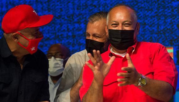 El líder del Partido Socialista Unido de Venezuela (PSUV), Diosdado Cabello (derecha), reacciona mientras celebra los resultados de las elecciones legislativas junto al ministro de Petróleo Tarek El Aissami (Centro) y el exministro de Comunicaciones Jorge Rodríguez (Izquierda) en Caracas. (Foto: AFP / Cristian Hernandez).