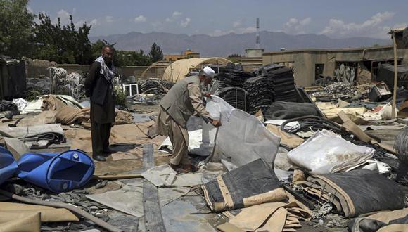 Vendedores de chatarra ven si hay algo rescatable entre los restos de carpas destruidas por las fuerzas estadounidenses, que están acabando con buena parte del equipo militar que no se llevarán de vuelta a casa. Foto del 3 de mayo del 2021 en las afueras de la base aérea de Bagram. (AP Photo/Rahmat Gul).
