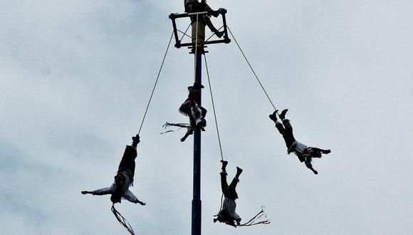 Los voladores de Paplanta es un ritual milenario de los indígenas mesoamericanos, donde 'los hombres-pájaro' vuelan en cuatro direcciones y realizan en grupo un número de vueltas que simboliza los ciclos solares.